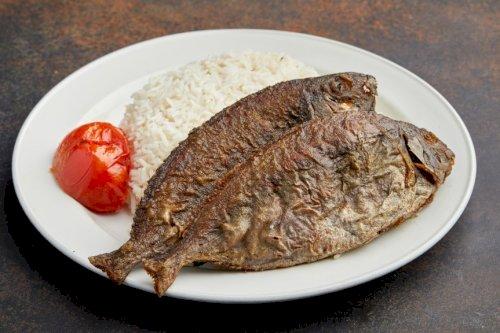 سمك مقلي مع الأرز الابيض